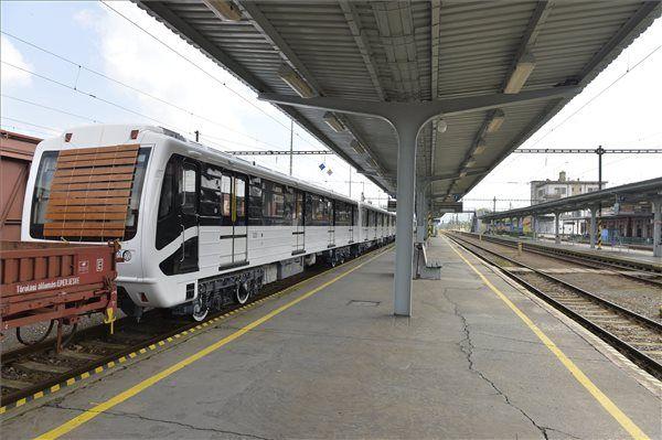 Márciusban jönnek az új pesti metrók