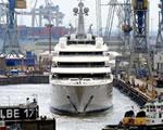 Kikötőben vesztegel a világ legnagyobb jachtja