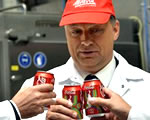 Orbán Viktor számol a Coca-Colával
