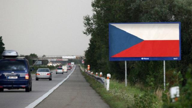 Reklám helyett óriási nemzeti zászlók jönnek szembe a csehországi autópályáknál
