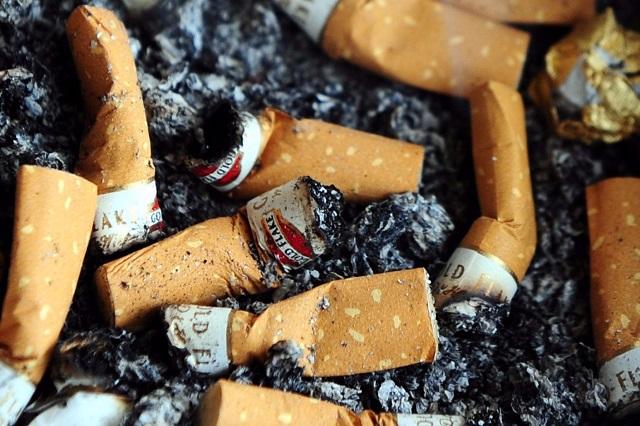 Lehetetlen betartatni a buszmegállókban való dohányzást tiltó törvényt
