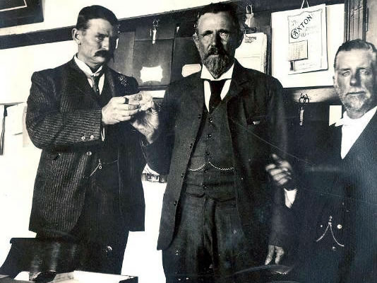 Balra Sir Thomas Cullinan, jobbra Frederick Wells, középen a nyers gyémánt Mr. McHardy kezében.