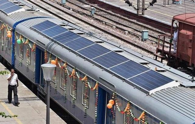 Napkollektoros vonatokat állítottak csatasorba Indiában, bődületes megtakarítások várhatók
