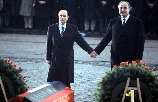 Kohl Francois Mitterand francia államfővel közös ikonikus képe
