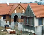 Már állnak a házak a kolontári és devecseri lakóparkban
