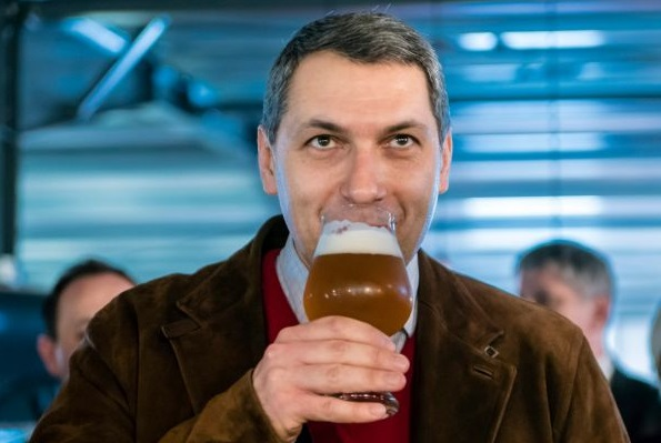 A miniszter Csíki sört kóstol