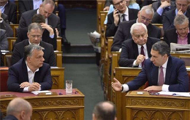 A Fidesz parlamenti frakciója. Költőpénz