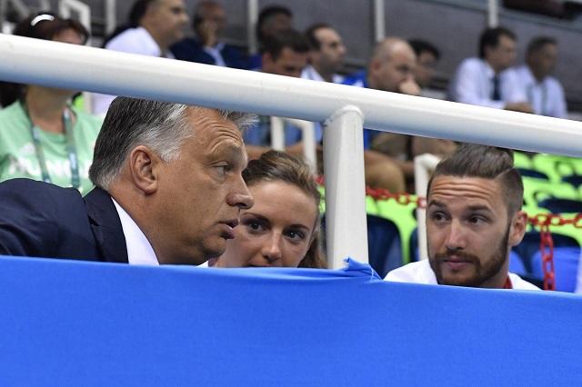 """""""Légy óvatos, Viktor!"""" - üzeni a miniszterelnöknek a Politico a vizesvébés anyagában"""