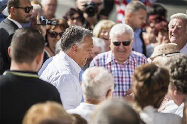 Orbán Viktor idős szimpatizánsok között