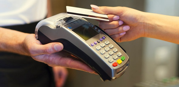 Dübörög a bankkártyahasználat - sláger lett az érintőkártya