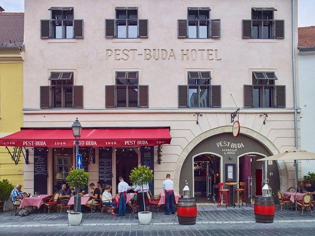 126 ezer forintért bérel négy, luxusapartmanná alakított lakást a Várban Zsidai Roy