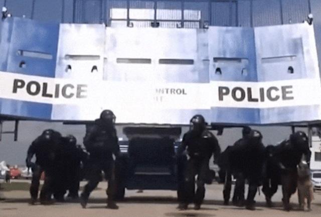 Ez a rendőrségi tömegoszlató tankbuldózer megvalósítja Putyin legszebb álmát (videó)