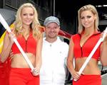 Hosszú combú lányokkal avatott boxutcát Barrichello