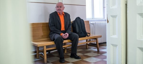 Stadler József a bíróság folyosóján márciusban
