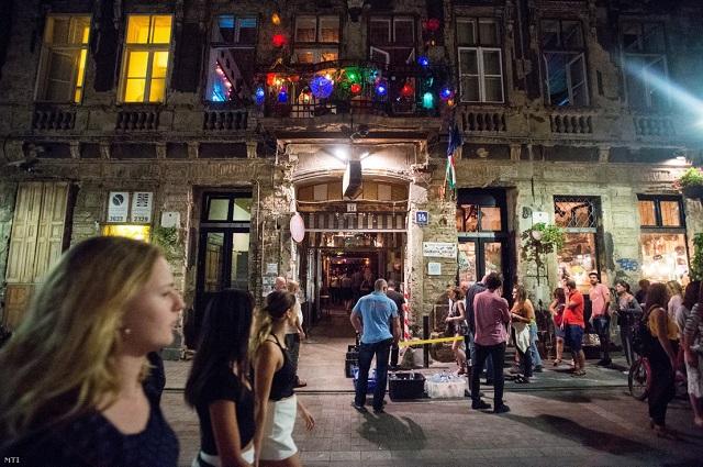 Helyi népszavazáson döntenek a bulinegyedes kocsmák éjszakai nyitvatartásáról