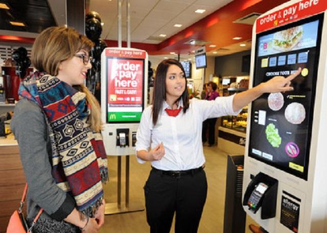 Októberben nyit az első érintőképernyős-pincéres McDonalds Budapesten